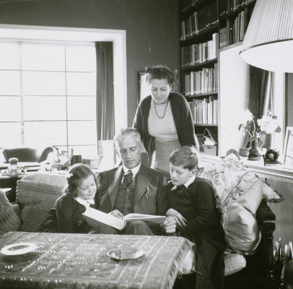 F.G. Waller leest de kinderen voor, 1941, foto Peter Odijk (TMS 18658)