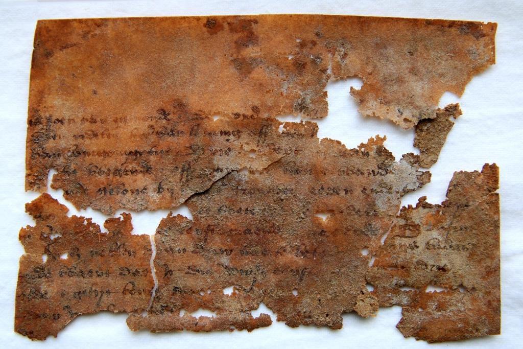 Fragment van een charter, opgegraven bij voormalig kasteel Altena, 1440-1445 (Archief 598, inv.nr 285)