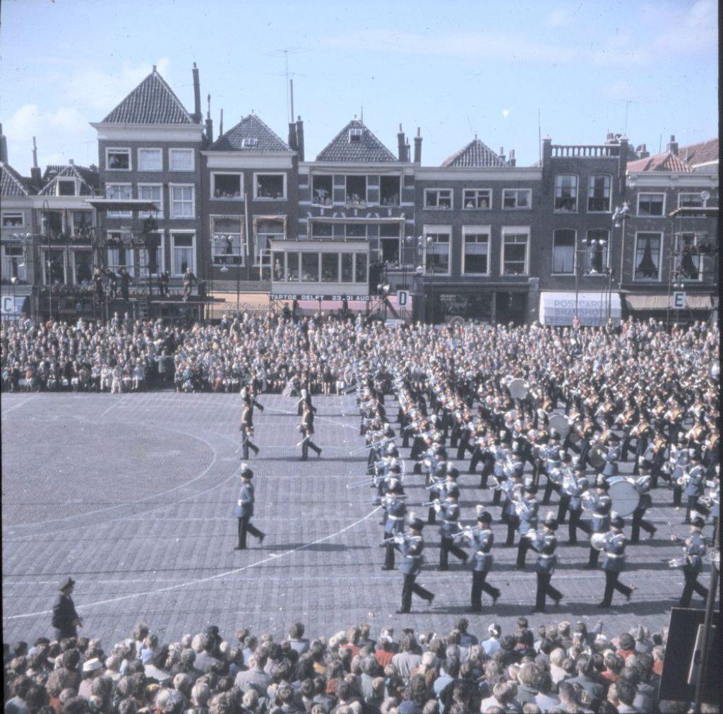Taptoe Delft in 1957, foto W.F. van Oosten (TMS 106550)