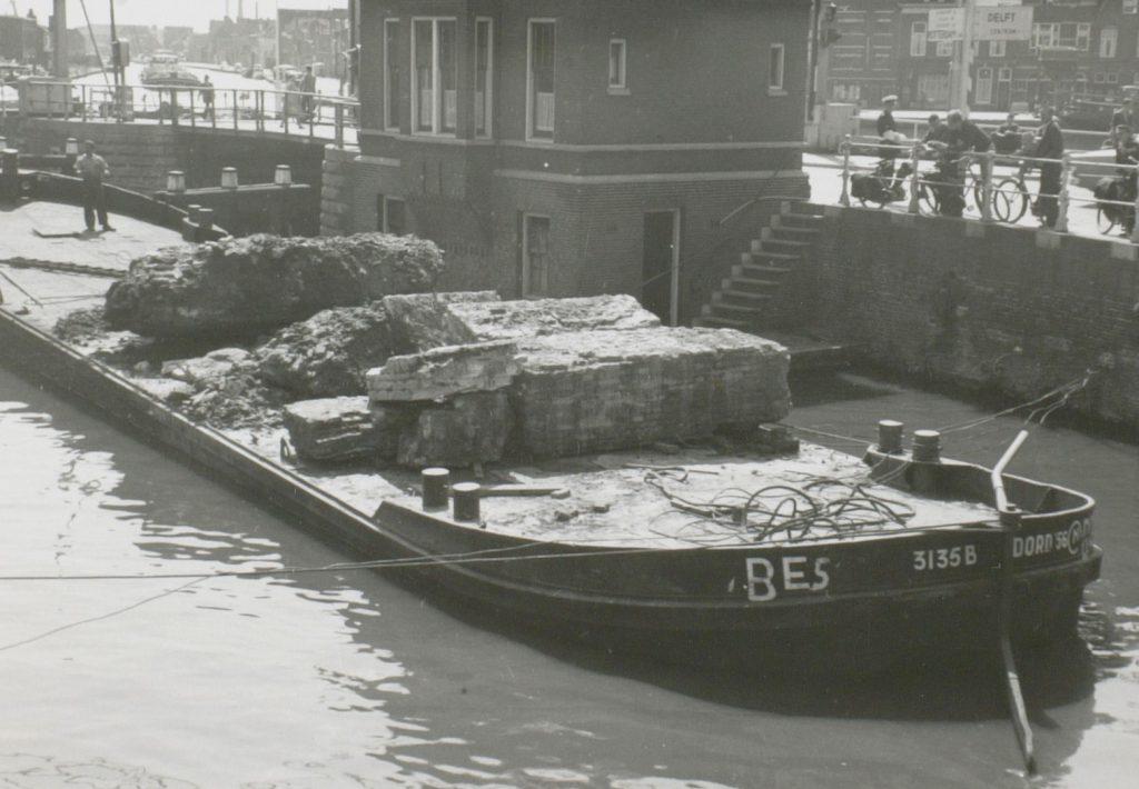 Afvoer van fundamenten van de Rotterdamsepoort, 1960, foto W.F. van Oosten (TMS 12785)