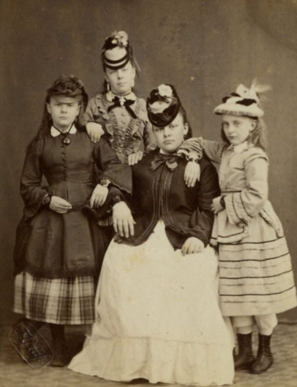 Vier zussen Mater van der Knaap, z.d., foto Emma Kirchner (TMS 5982)