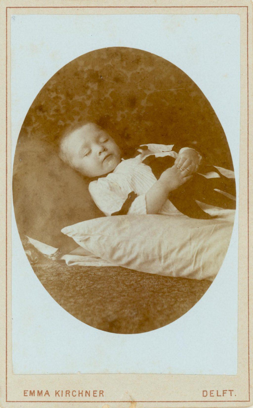 Dood kindje op een kussen, ca. 1876-1899, foto Emma Kirchner (TMS 8562)