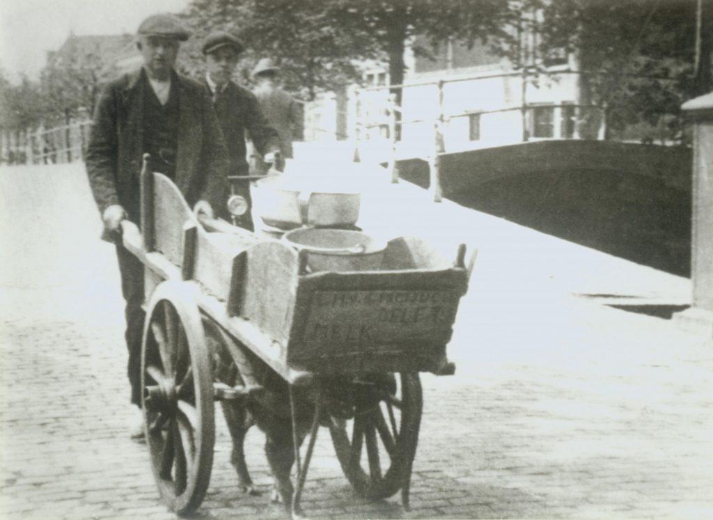 Johannes Jacobus van der Voort met zijn hondenkar, ca. 1920, foto Herman Visser (TMS 78627)