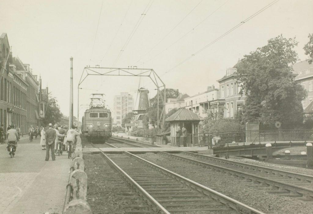 De trein passeert de Spoorsingel en de Phoenixstraat, ca. 1955, foto W.F. van Oosten (TMS 44970)