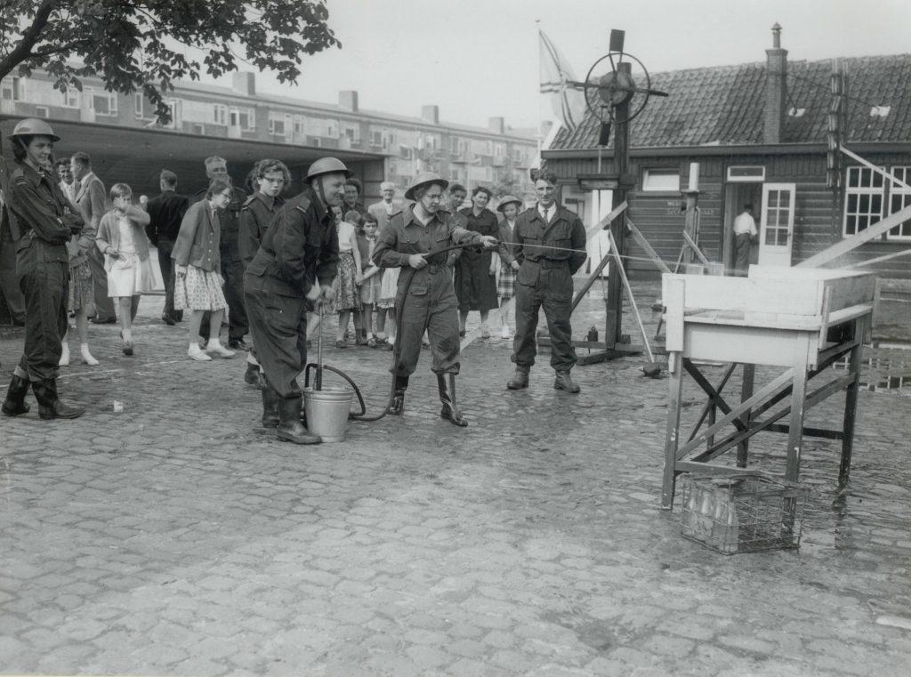 Brandweer van de Bescherming Bevolking oefent aan het Oostblok, 1958, foto Tiemen van der Reijken (TMS 75182)