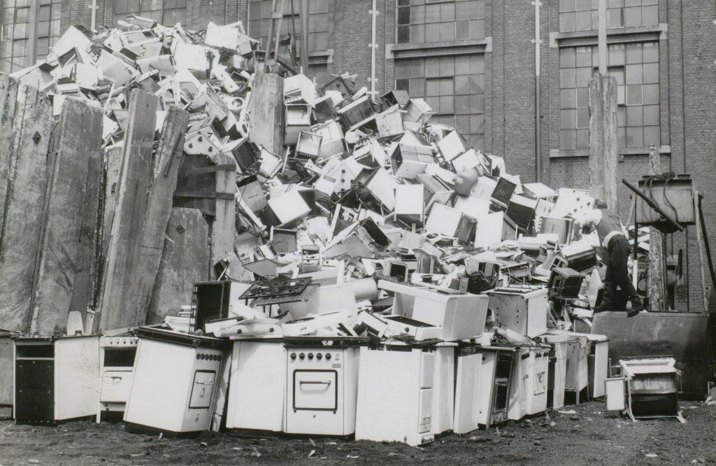 Gasfornuizenschroothoop op het terrein van de gasfabriek, 1966, foto Tiemen van der Reijken (TMS 13674)