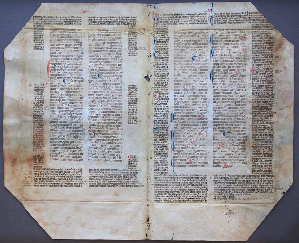 Dubbele pagina uit een perkamenten boek, gebruikt als omslag voor de rekening van het Oude en Nieuwe Gasthuis van 1562/63 (Archief 97, inv.nr 344)