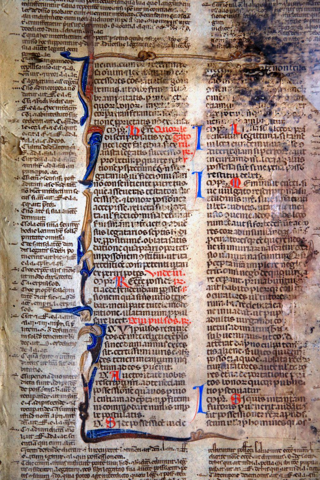 Met bladgoud versierd fragment van een perkamenten handschrift, gebruikt als omslag voor een gasthuisrekening (Archief 97, inv.nr 344)