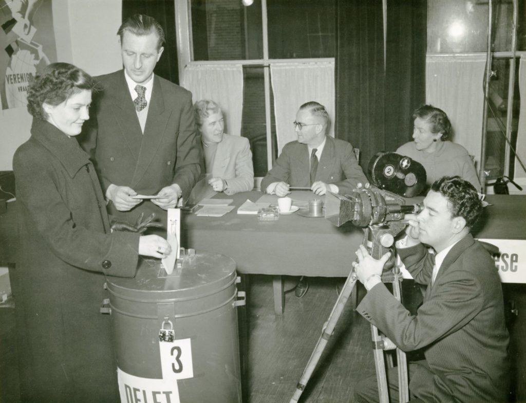 In scène gezet verkiezingslokaal om voorlichtingsfilm voor proefreferendum te film, 1952, foto Tiemen van der Reijken (TMS 102340)