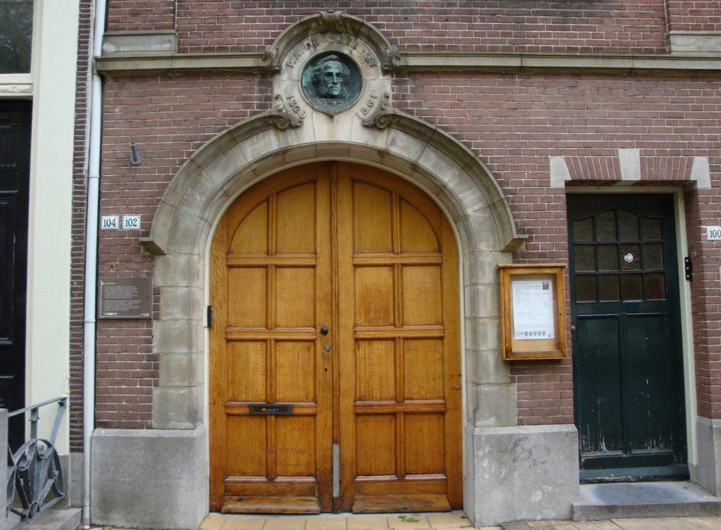 Gevelsteen door A.J.M. Odé bij De Génestetkerk aan Oude Delft 102, sinds 1896 de ingang van de toen nieuw gebouwde remonstrantse kerk, 2015, foto Rien de Koster (TMS 136651)