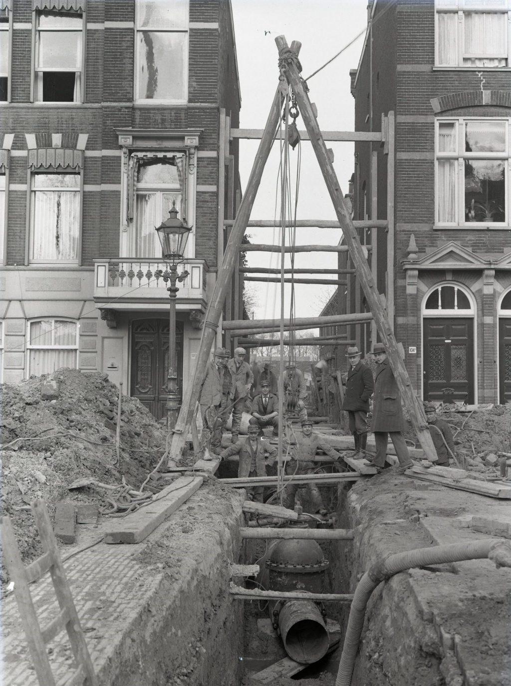 Aanleg riolering ter hoogte van de Pieter Hendrikstraat, 1932, foto Openbare Werken (TMS 121066)