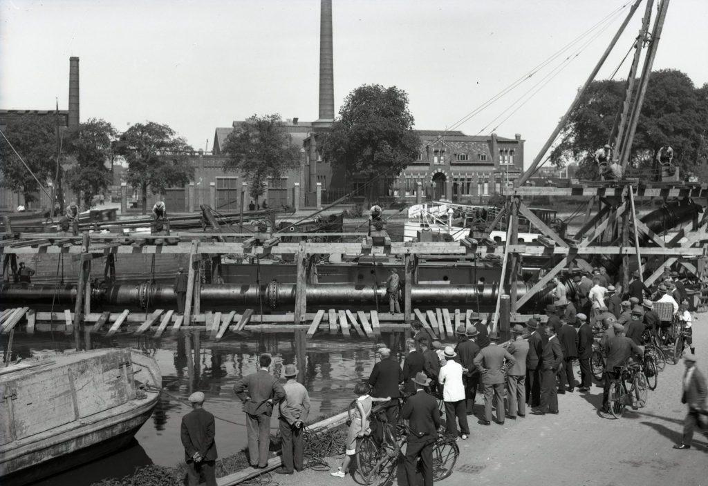 Bekijks bij de aanleg van riolering in de haven bij Calvé aan de Wateringseweg, 1933, foto Openbare Werken (TMS 124003)