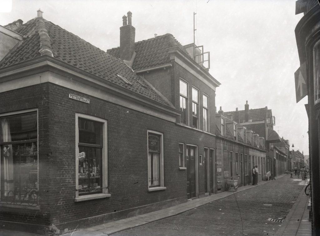 Op de nominatie voor sloop: de Pieterstraat, ca. 1960-1962, foto W.L. van der Poel (TMS 120261)