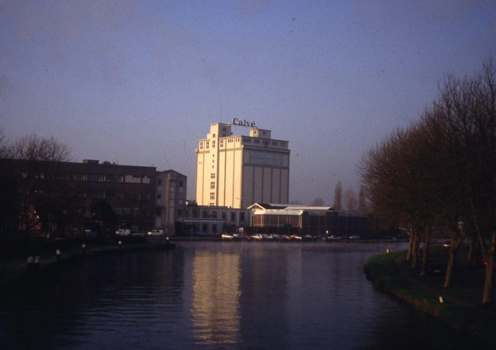 Silo van Calvé in avondlicht, 1980, foto W. de Ruiter (TMS 139198)