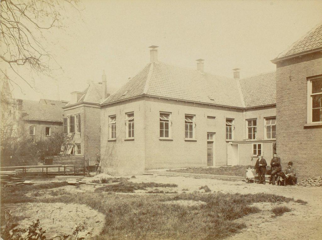 Achterzijde van de nieuwe afdeling besmettelijke ziekten van het Oude en Nieuwe Gasthuis, ca. 1896, foto J.H. Kouwenberg (TMS 55818)