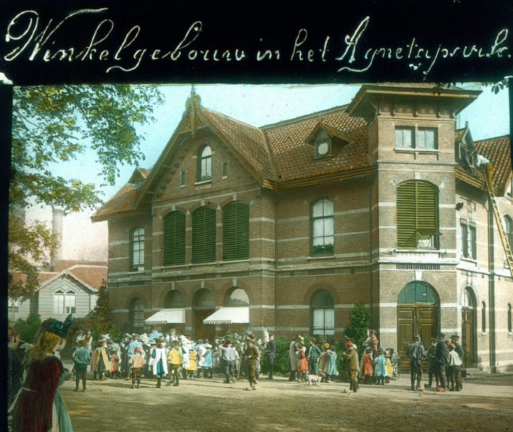 Toverlantaarnplaatje van de winkel in het Agnetapark, ca. 1900 (TMS DSMF 100-1)