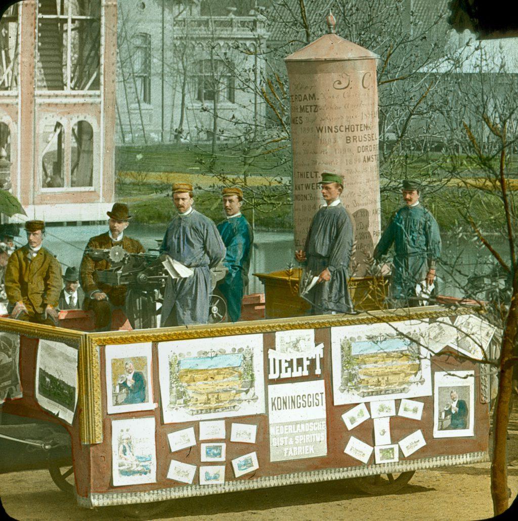Toverlantaarnplaatje van een reclamekar voor Koningsgist bij een feestelijke optocht in het Agnetapark, ca. 1900 (TMS DSMF 23-21)