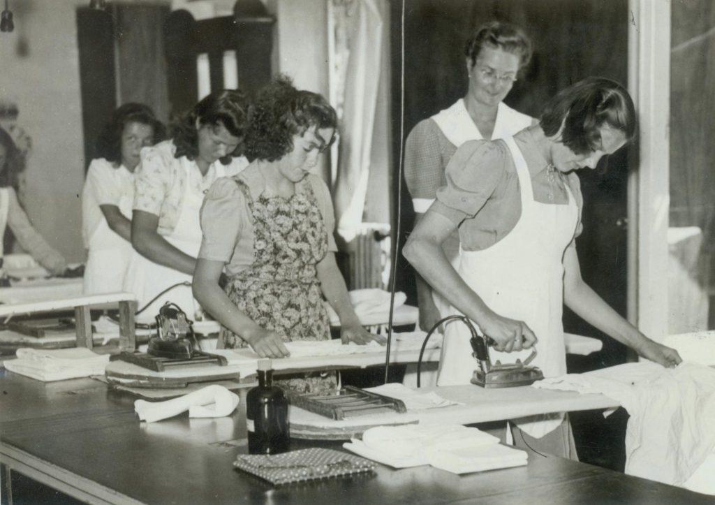 Openbare les bij Huishoudschool Rust Roest, 1947, foto Tiemen van der Reijken (TMS 83925)