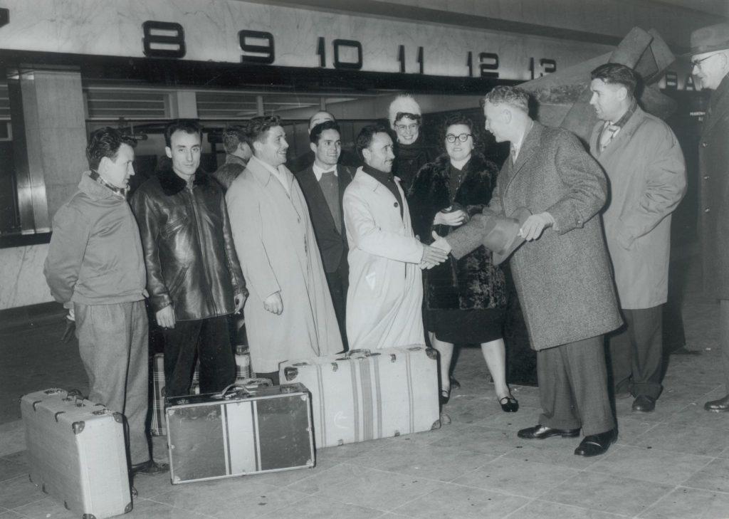 De heer B. Braat van machinefabriek Reineveld verwelkomt op het Centraal Station van Rotterdam de eerste vijf Spaanse gastarbeiders die bij het bedrijf komen werken, 1962, foto Tiemen van der Reijken (TMS 77139)