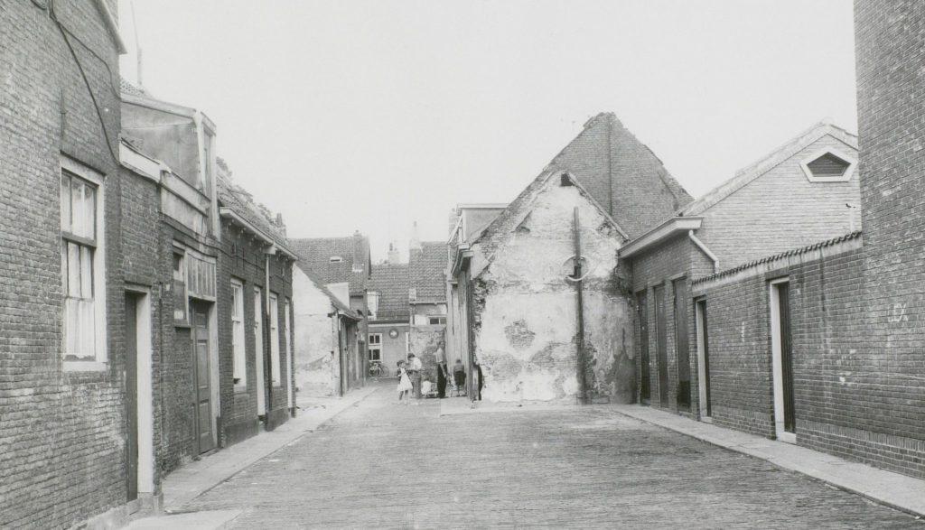 De Doorniksteeg omstreeks 1960, vanaf de Gasthuislaan naar het noorden, op een foto van Openbare Werken (TMS 37733)