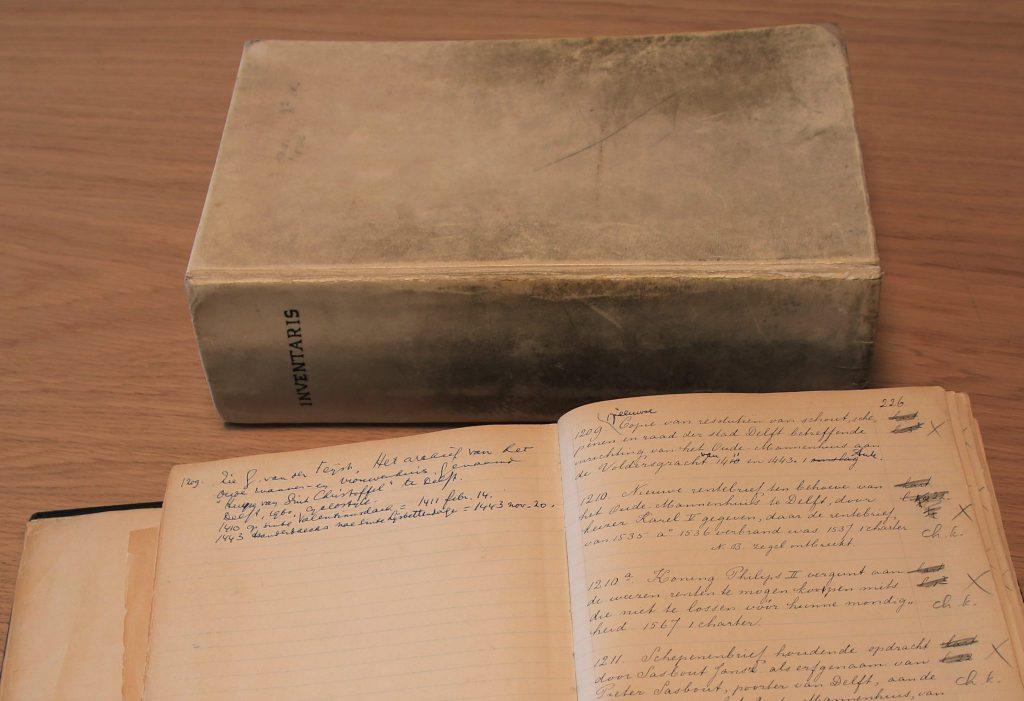 Twee exemplaren van de handgeschreven inventaris van G. Morre, vol aanvullingen en correcties, 1904 (Archief 128, inv.nr 259 en 260)