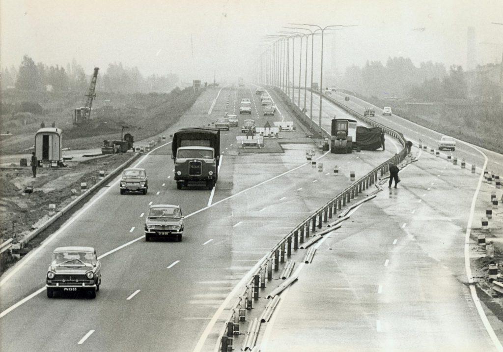 Van twee naar drie rijstroken op de A13, 1967, foto Tiemen van der Reijken (TMS 5948)