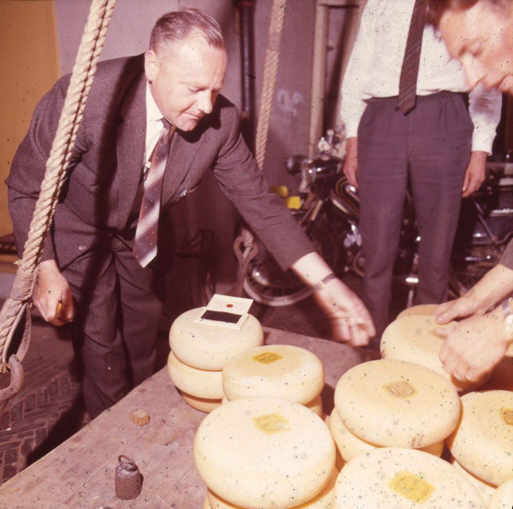 De folklore van het wegen van kaas en boter blijft nog geruime tijd bestaan, ca. 1955-1965, foto W.F. Van Oosten (TMS 106576)