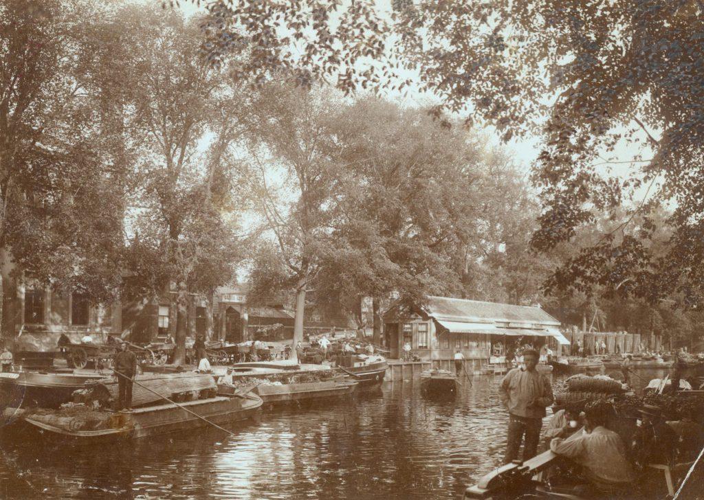 Schepen bij de Delftse Groenteveiling aan de Westvest, ca. 1905, foto A.J. Prins (TMS 2676)