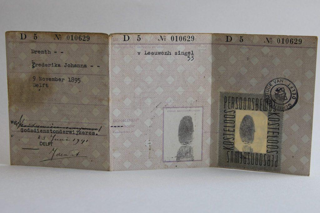 Persoonsbewijs van mejuffrouw F.J. Drenth, 1941-1945 (Archief 598, inv.nr 1427)