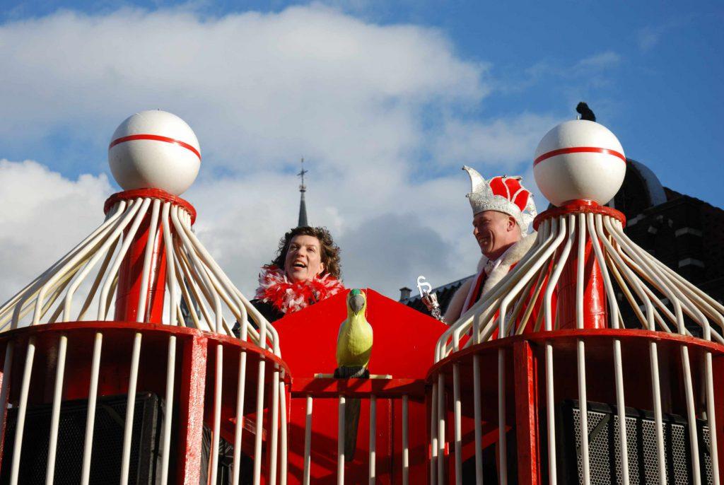 Prinses Mirella en prins Dennis op de praalwagen van carnavalsvereniging de Fuilspuiters van voetbalvereniging Full Speed, 2011, foto Kees Spiero (TMS 82239)