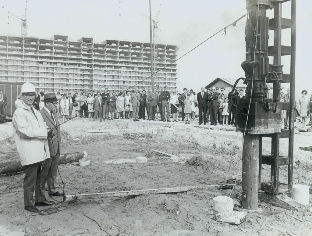 Wethouder P. Kamps slaat eerste paal voor 78 eengezinswoningen in Buitenhof, juni 1968, foto Tiemen van der Reijken (TMS 84970)
