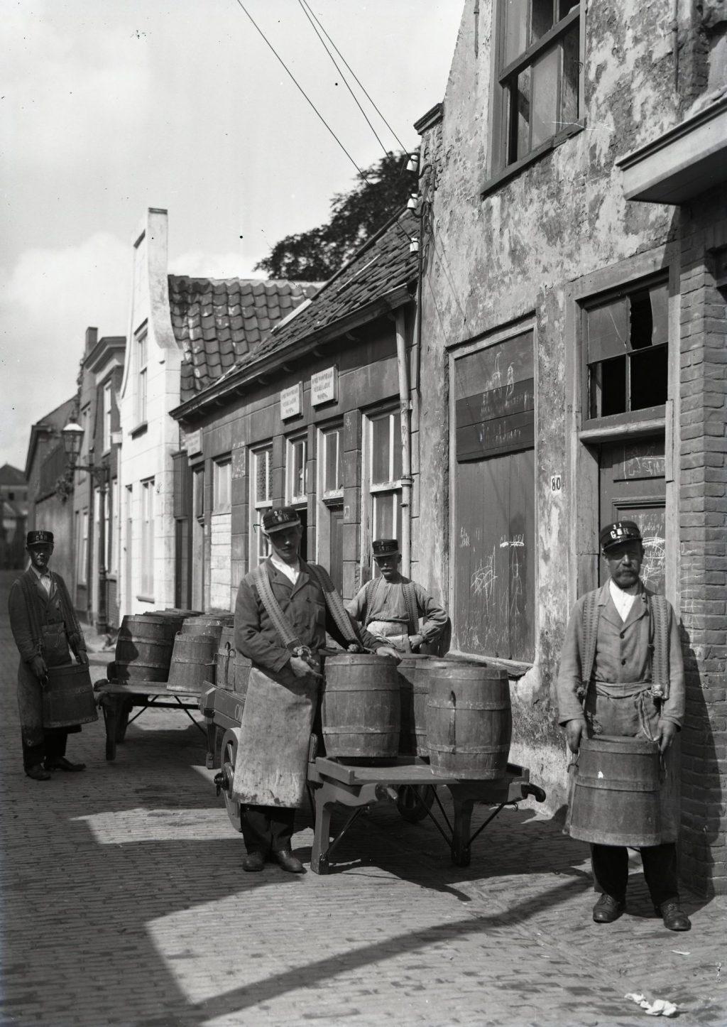 Tonnenverwisselaars Cas Gitte, Henk Schuller, Piet Smits en Frans Pieper aan het werk, 1932, foto Openbare Werken (TMS 121054)