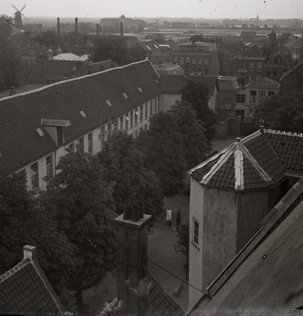 De zuidvleugel van het voormalige Sint-Agathaklooster omstreeks 1921, dan in gebruik als militair hospitaal; foto H.H. Noosten (TMS 108300)