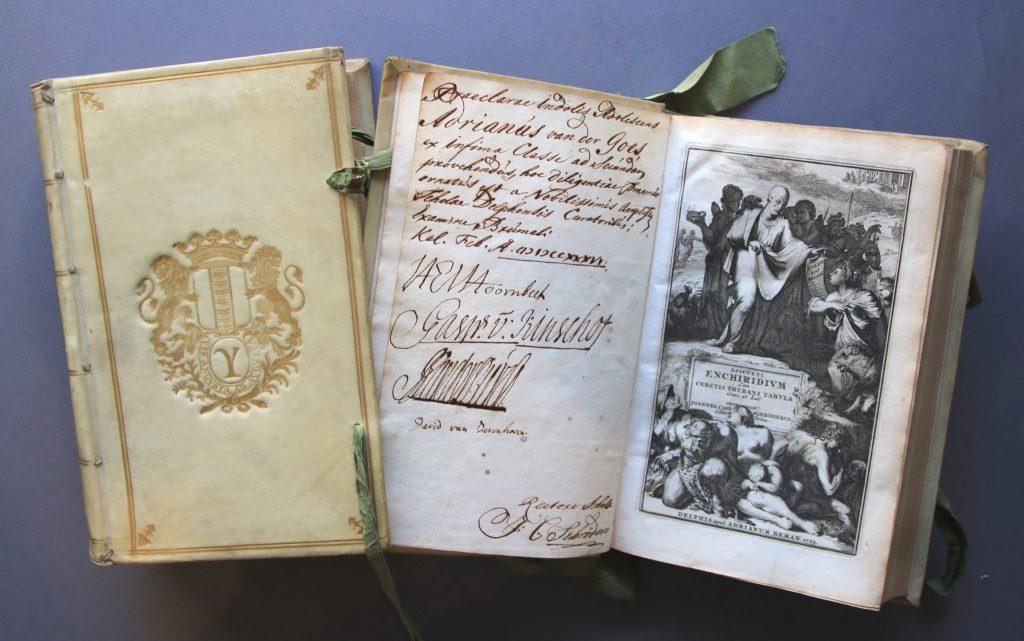 Prijsboeken, in 1736 en 1737 uitgereikt aan Adrianus van der Goes (Archief 699, inv.nrs 213 en 214)