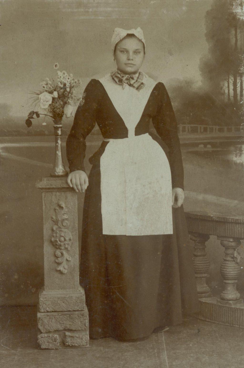 Elisabeth Maria Johanna van der Heijdt in het R.K. Oude Vrouwen- en Meisjeshuis, ca. 1898, foto J.C.C. Witte (TMS 80014)