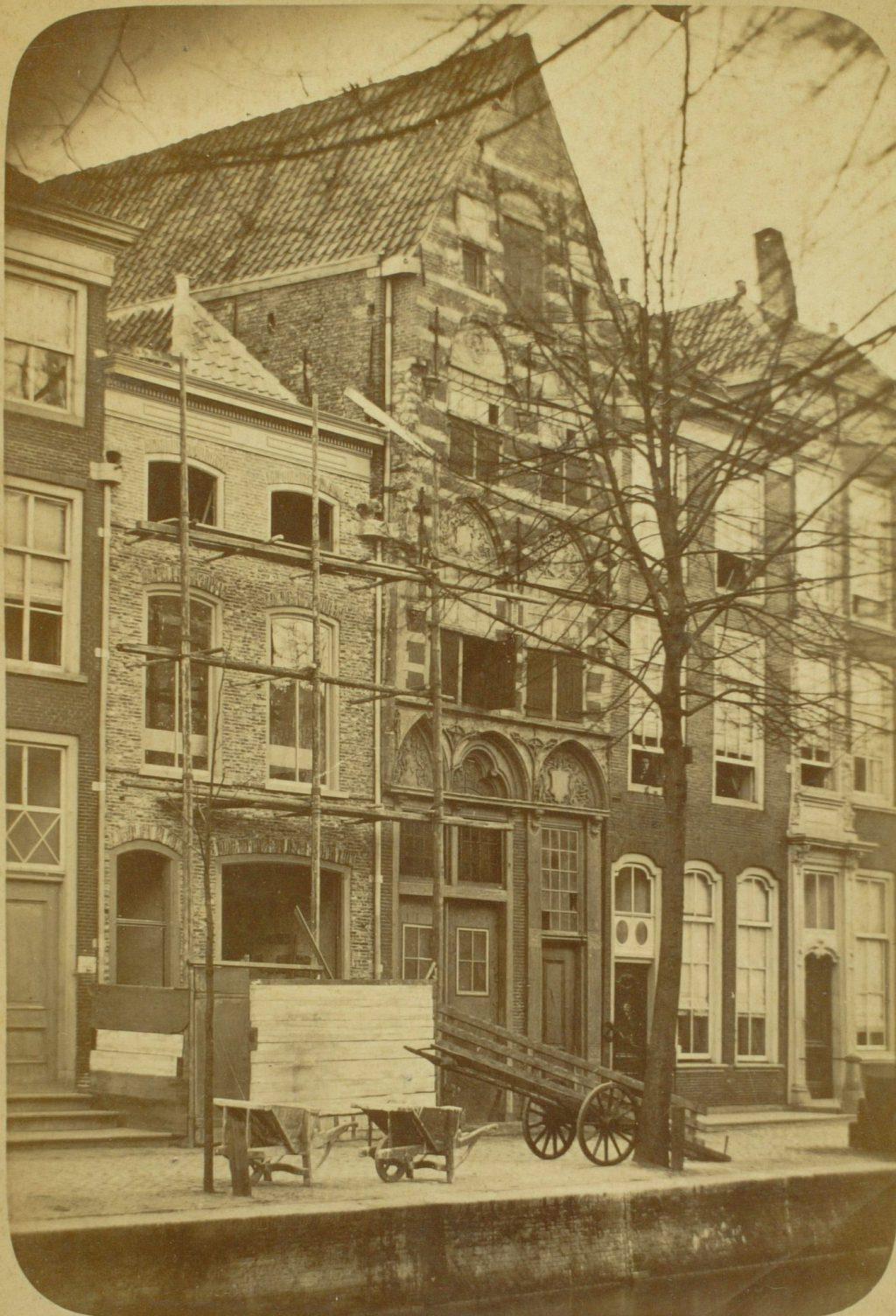 Panden aan de Koornmarkt, ca. 1890, foto Henri de Louw (TMS 19049)