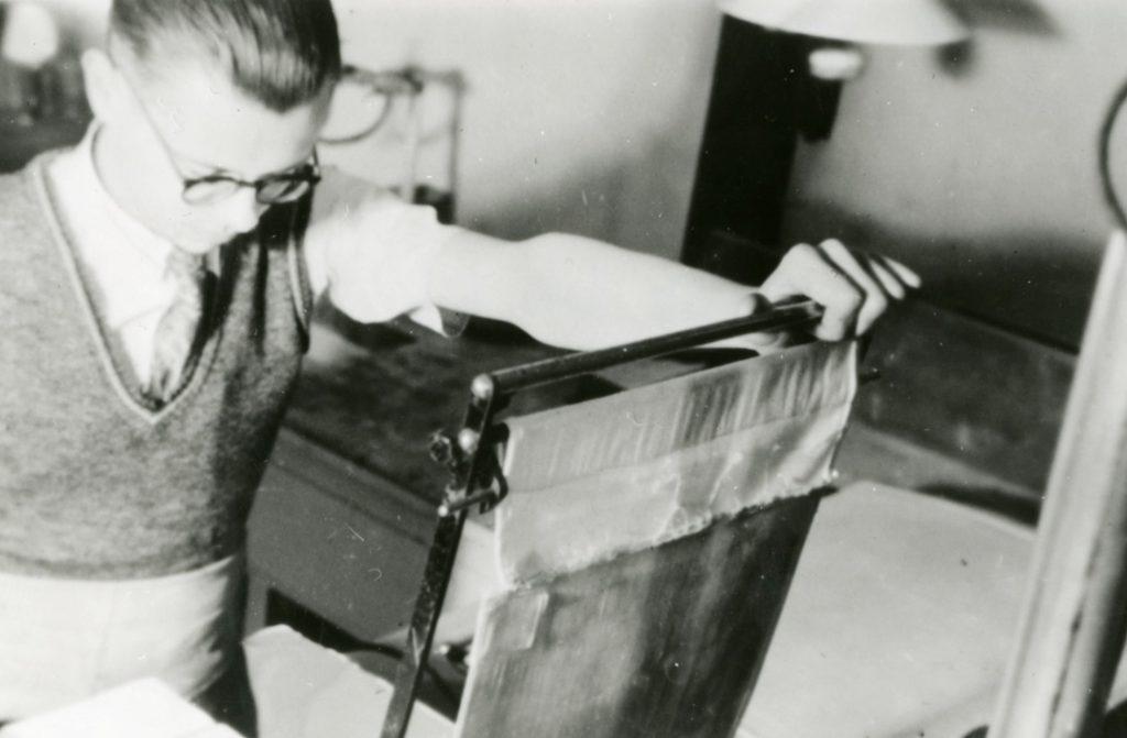 Anton Hinfelaar in de illegale donkere kamer van de Filmdienst van de Binnenlandse Strijdkrachten, 1945