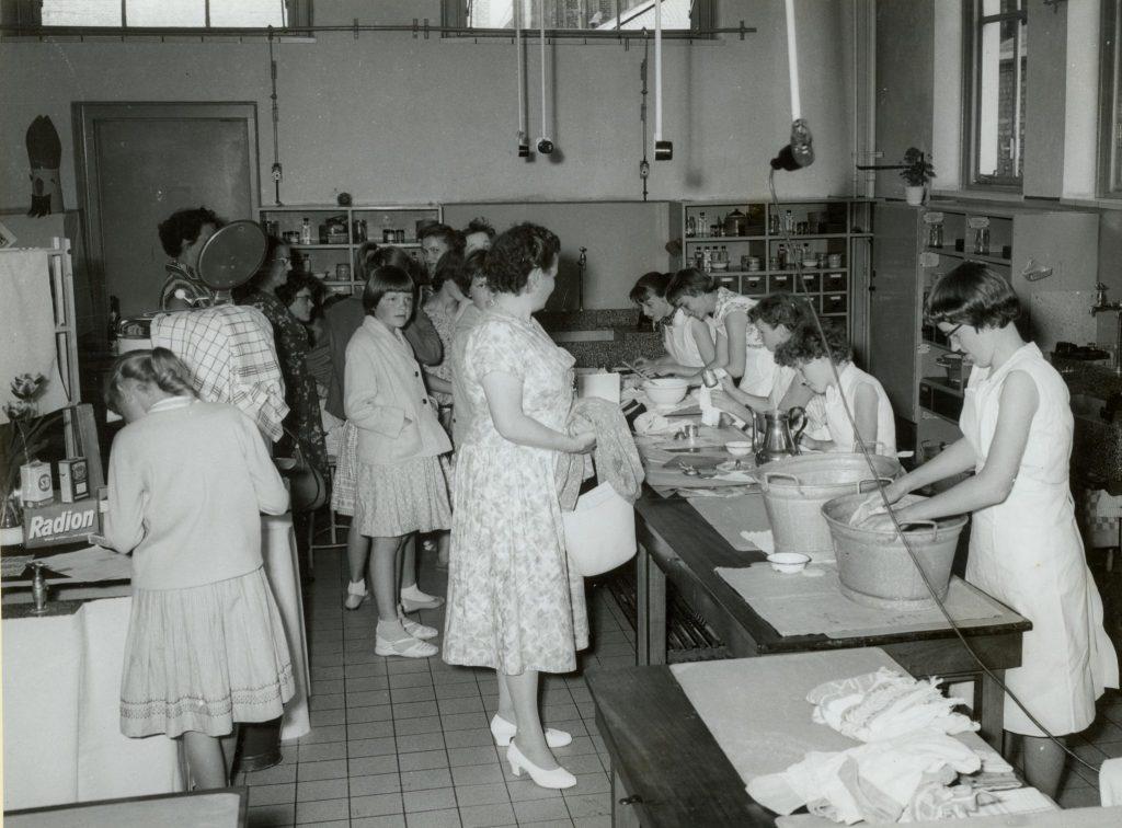 Openbare les op de R.K. Huishoudschool Sint Agnes aan de Voorstraat, 1959, foto Tiemen van der Reijken (TMS 4229)