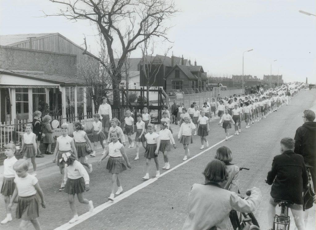 Jubileumwandeltocht van De Jolige Tippelaars ter gelegenheid van hun 20-jarig bestaan, 1958, foto Tiemen van der Reijken (TMS 98861)