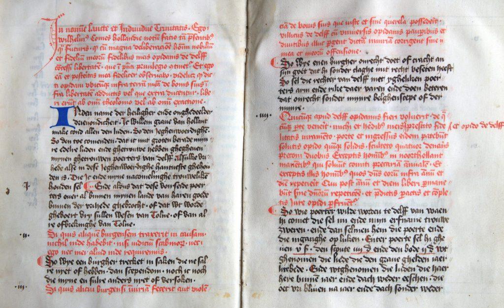 Afschrift van de stadsrechtoorkonde in het Latijn (rood), met vertaling in het Nederlands (zwart) in het privilegeboek uit de vijftiende eeuw. (Archief 598, inv.nr 1252)