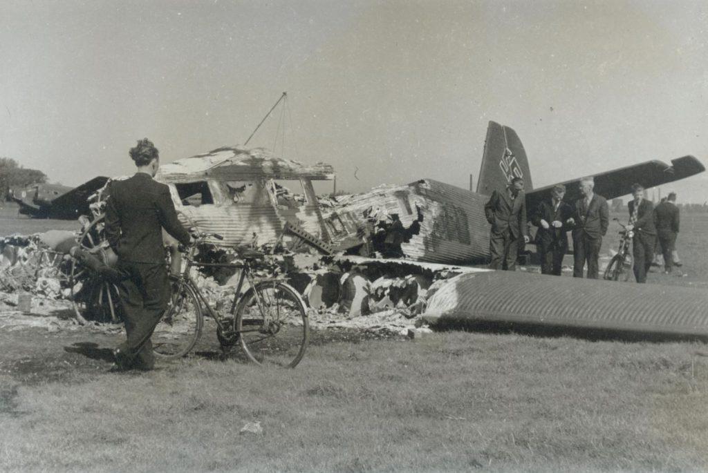 Twee wrakken van neergestorte Duitse vliegtuigen, 1940, foto W.F. van Oosten (TMS 58113)