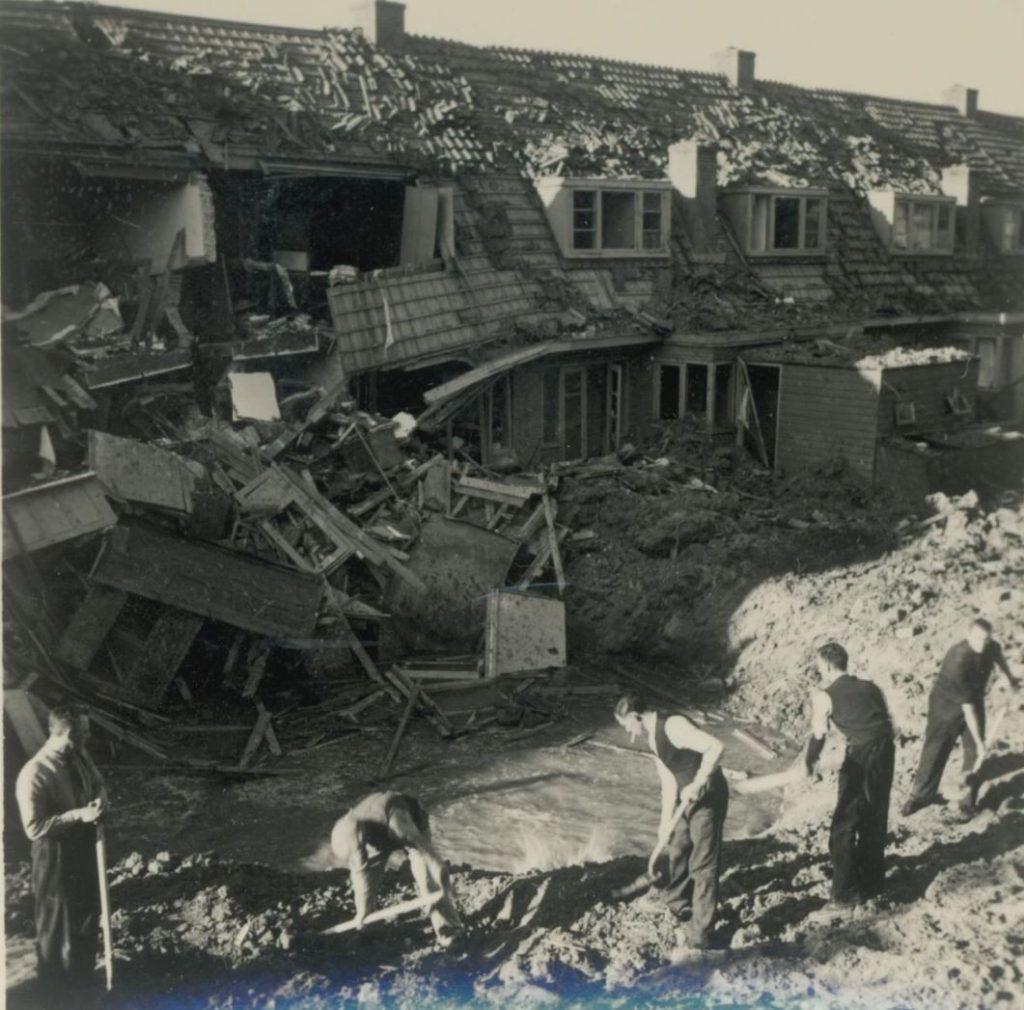 Gebombardeerde huizen in de Wippolder, 1940, foto W.F. van Oosten (TMS 92366)