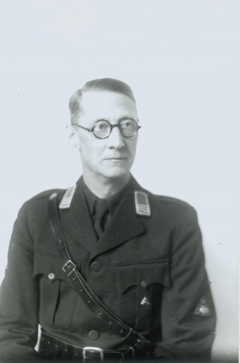 Portret van F.W. van Vloten in NSB-kostuum, 1941, foto P. Odijk (TMS 82339)