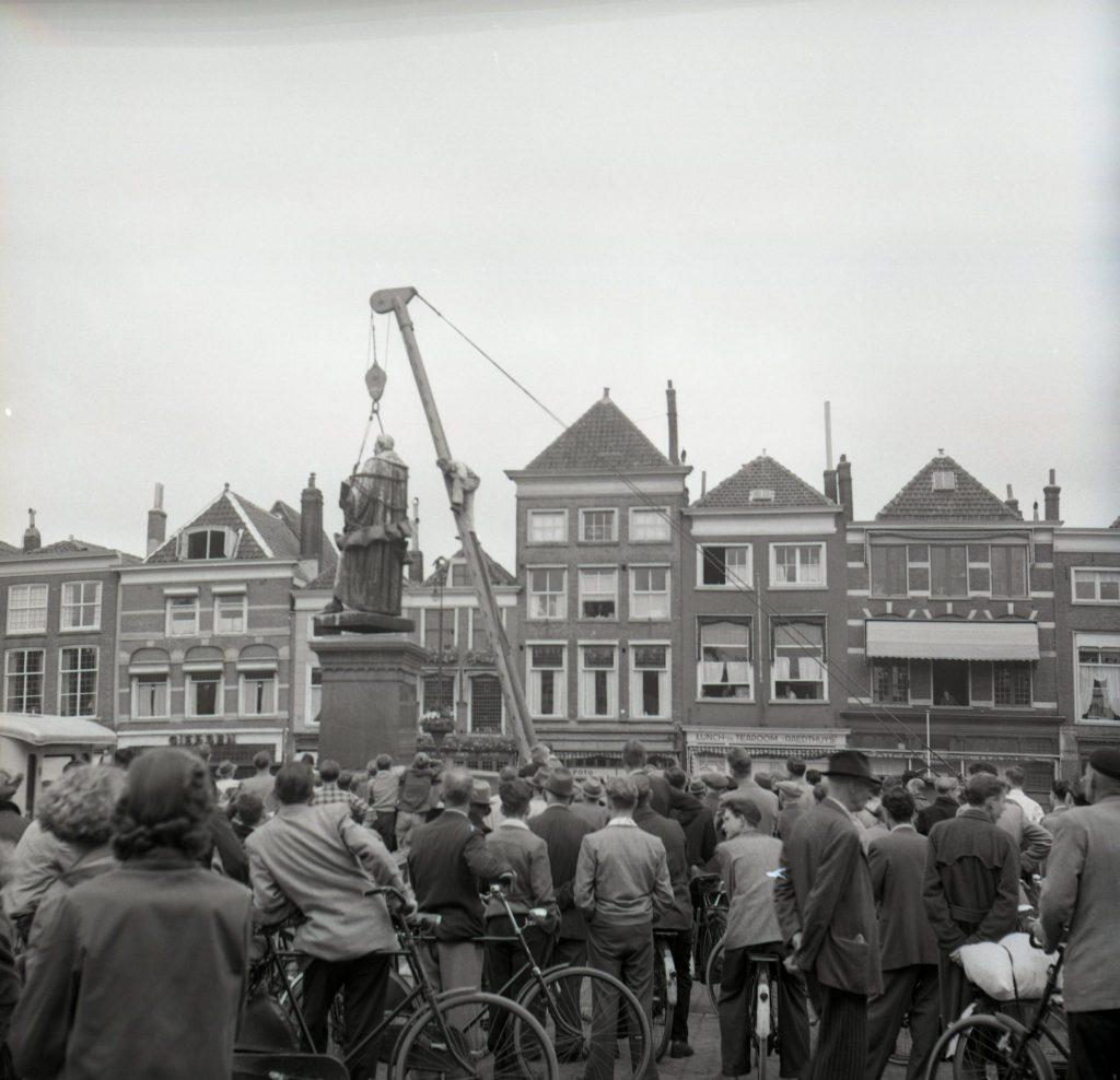 Verplaatsing beeld Hugo de Groot, 1954, foto Openbare Werken (TMS 124468)