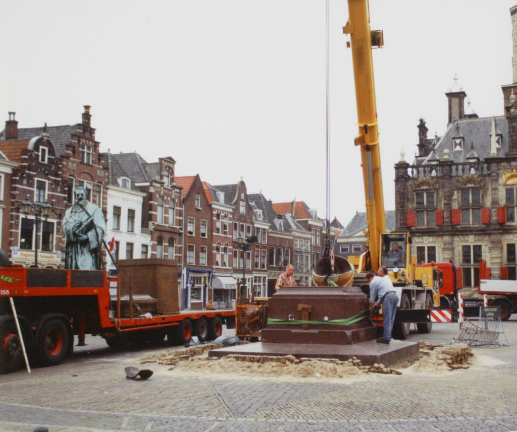 Verplaatsing standbeeld Hugo de Groot, 1999, foto Kees Spiero