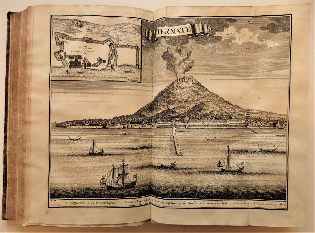 Vulkaanuitbarsting op Ternate, uit Oud en Nieuw Oost-Indiën van François Valentijn. (Bibliotheek)