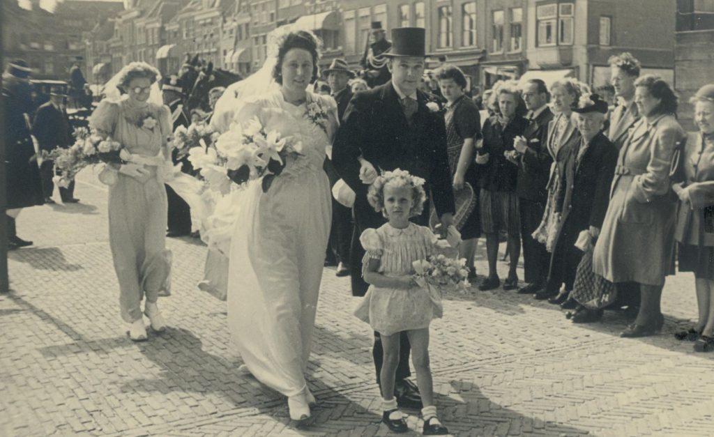 Bruidspaar op de Markt, 1948, foto W.F. van Oosten (62954)