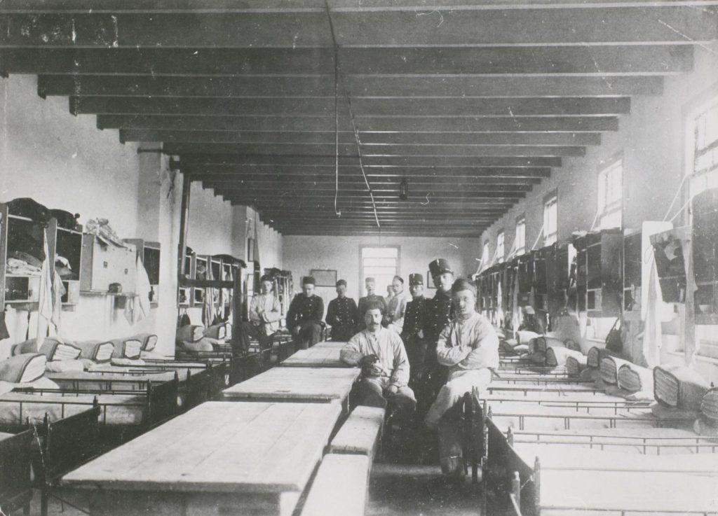Militairen op de slaapzaal in de kazerne aan de Paardenmarkt, 1914-1918, foto A.J. Prins (TMS 25874)