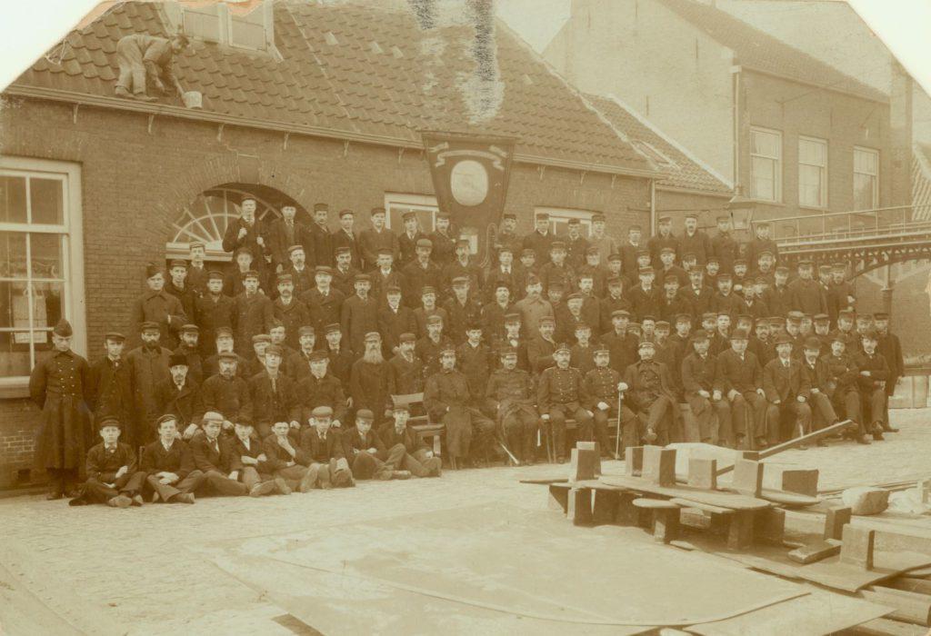 Personeelsfoto bij het 200-jarig bestaan van de Constructiewerkplaatsen, 1879 (TMS 2836)
