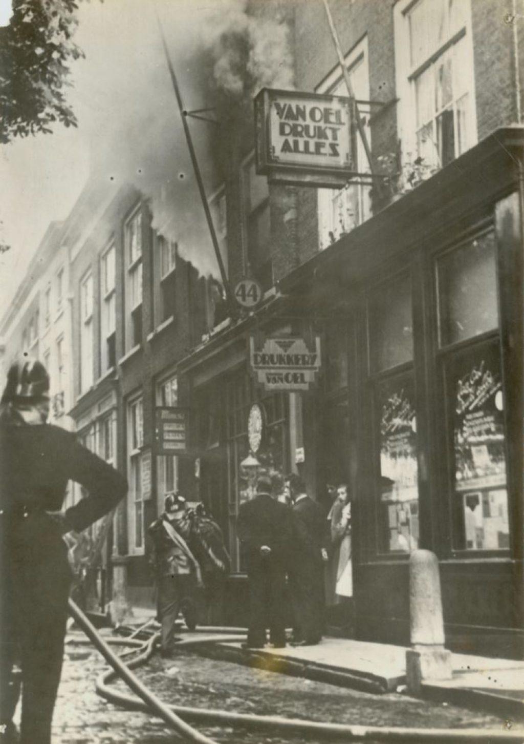 Brand in het woonhuis van A. van Oosten aan Koornmarkt 46 naast Drukkerij Van Oel, 1937, foto W.F. van Oosten (TMS 74102)